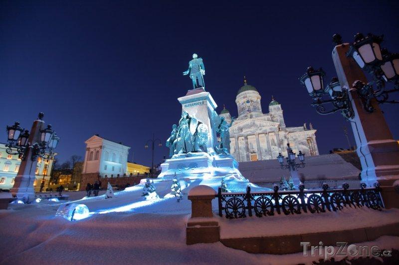 Fotka, Foto Osvětlená socha před katedrálou (Helsinky, Finsko)