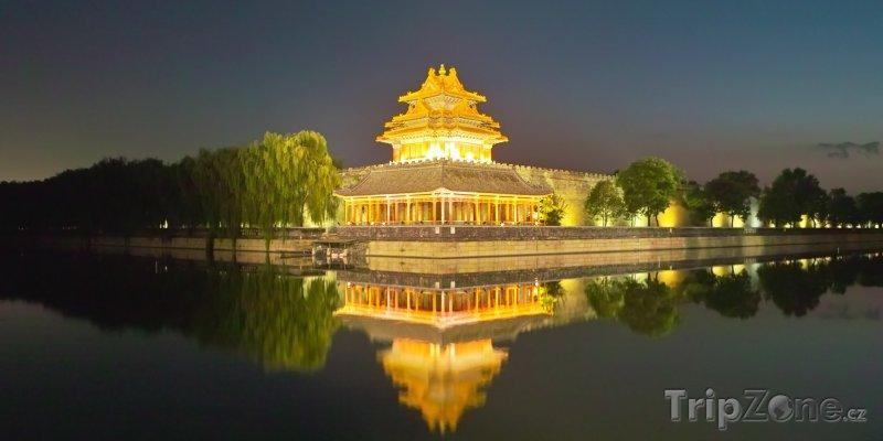 Fotka, Foto Osvětlená věž v Zakázaném městě (Peking, Čína)