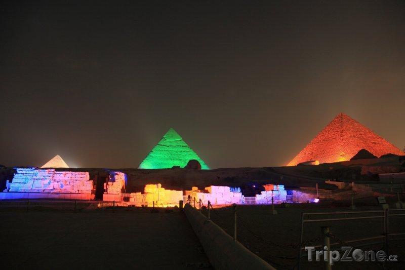 Fotka, Foto Osvětlené pyramidy v Gíze při oslavě Ramadánu (Káhira, Egypt)