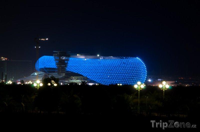 Fotka, Foto Osvětlený Grand Prix Yas Marina Hotel (Abú Dhabí, Spojené arabské emiráty)