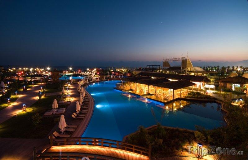 Fotka, Foto Osvětlený hotelový resort (Antalya, Turecko)