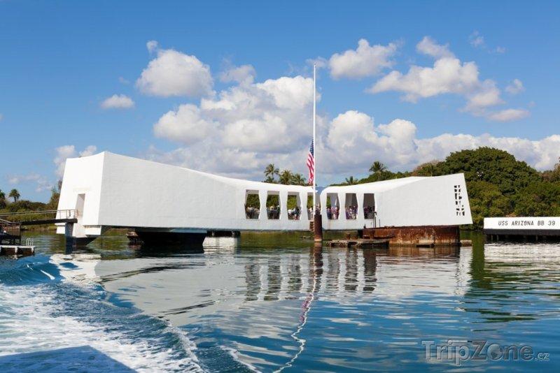 Fotka, Foto Památník v přístavu Pearl Harbour (Honolulu, USA)
