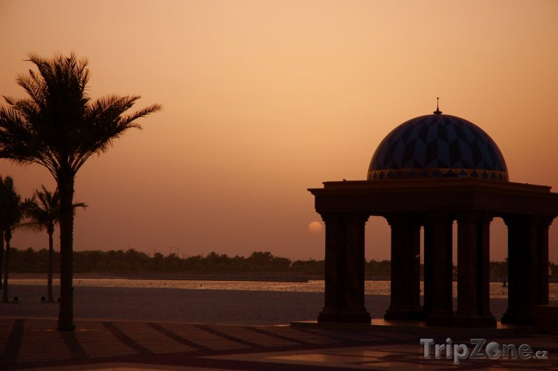 Fotka, Foto Pláž v západu slunce (Abú Dhabí, Spojené arabské emiráty)