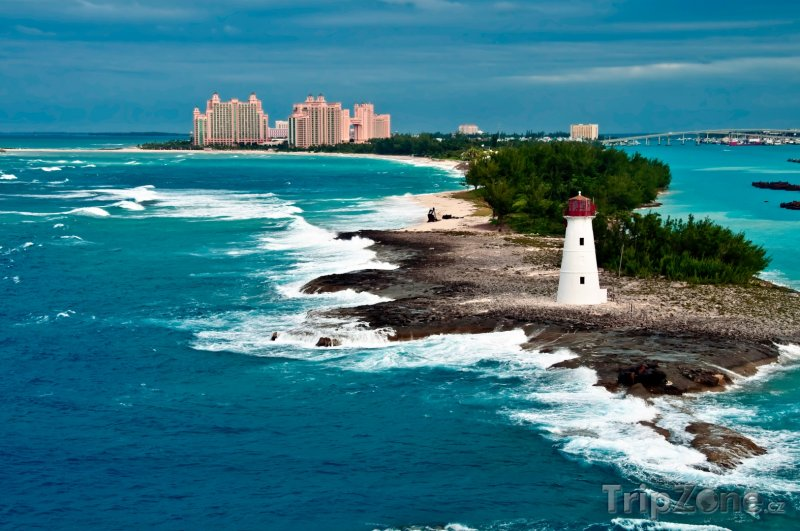Fotka, Foto Pohled z moře na maják na Paradise Island (Bahamy)