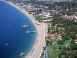 Pohled z výšky na pobřeží