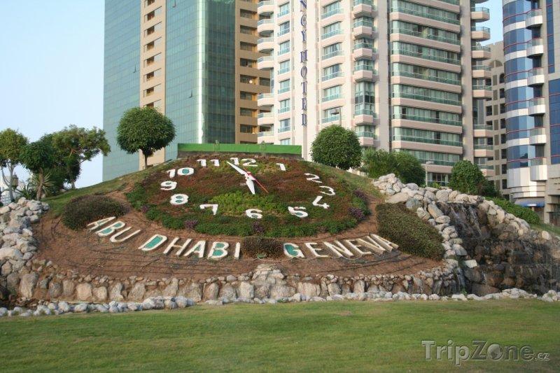 Fotka, Foto Přírodní hodiny v centru města (Abú Dhabí, Spojené arabské emiráty)