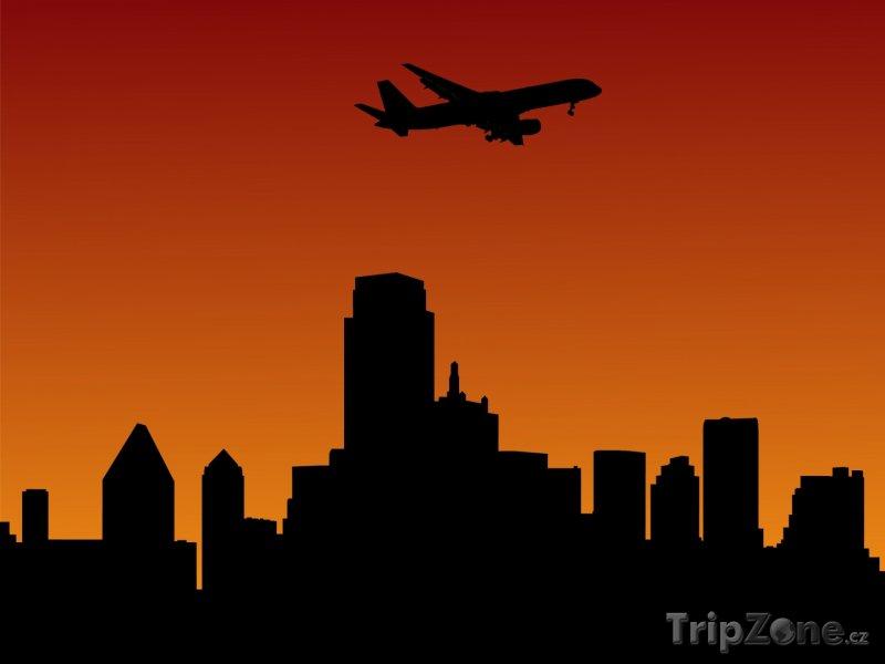 Fotka, Foto Přistávající letadlo nad mrakodrapy (Dallas, USA)