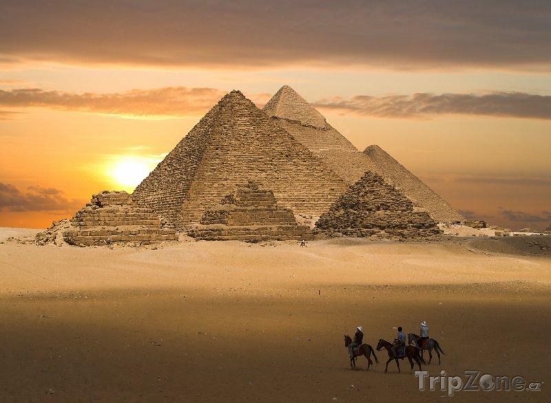 Fotka, Foto Pyramidy v Gíze v západu slunce (Káhira, Egypt)