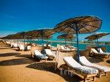 Slunečníky a lehátka na pláži rezortu El Gouna