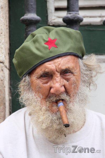 Fotka foto starý muž s tradičním kubánským doutníkem havana