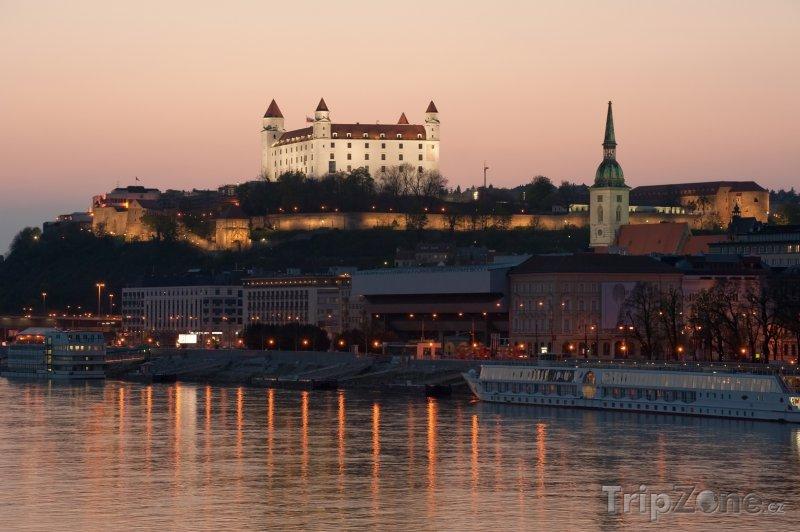 Fotka, Foto Stmívání nad hradem v Bratislavě (Bratislava, Slovensko)