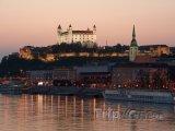 Stmívání nad hradem v Bratislavě
