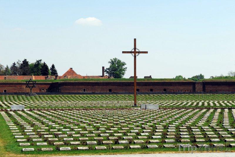 Fotka, Foto Terezín, Národní hřbitov před Malou pevností (Česká republika)