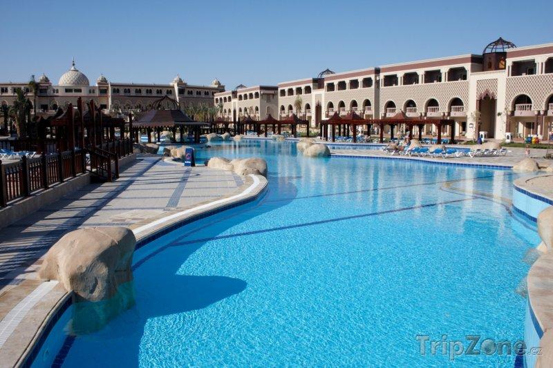 Fotka, Foto Velký bazén v hotelovém resortu (Hurghada, Egypt)