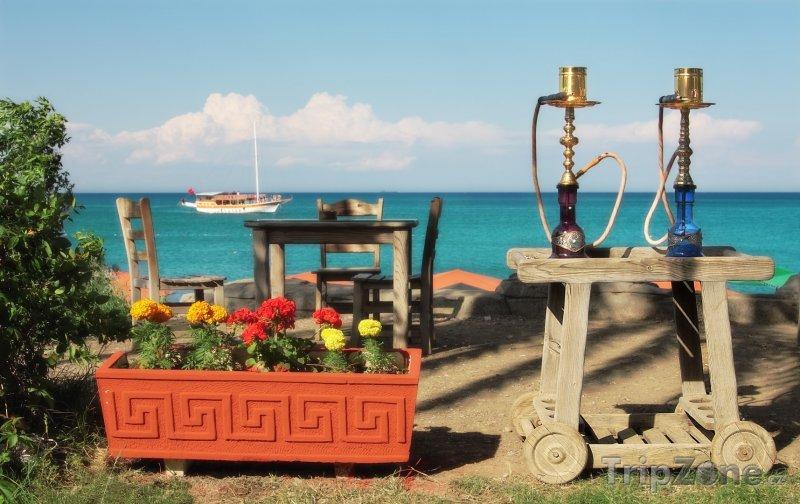 Fotka, Foto Vodní dýmky na zahradě u restaurace (Antalya, Turecko)