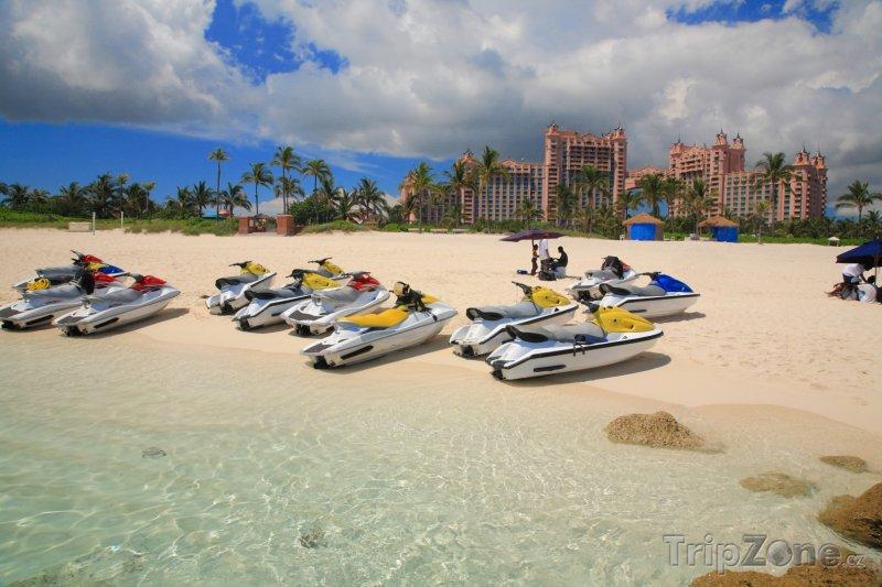 Fotka, Foto Vodní skútry na pláži na Paradise Island (Bahamy)