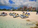 Vodní skútry na pláži na Paradise Island