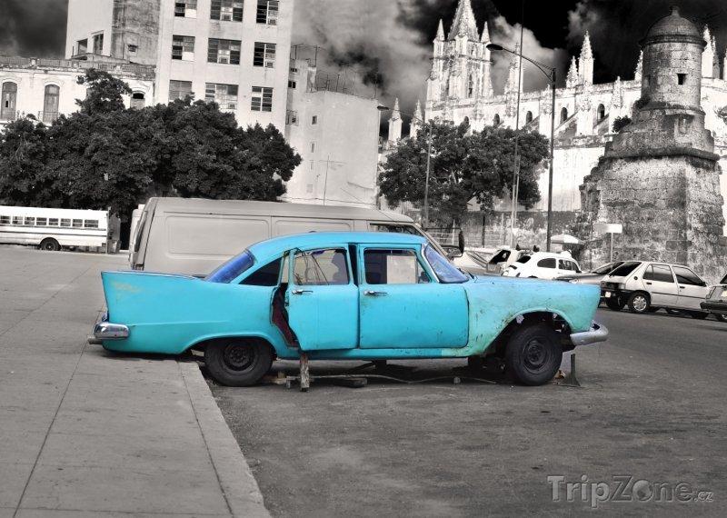 Fotka, Foto Vrak amerického auta na parkovišti (Havana, Kuba)