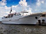 Výletní loď kotvící v přístavu