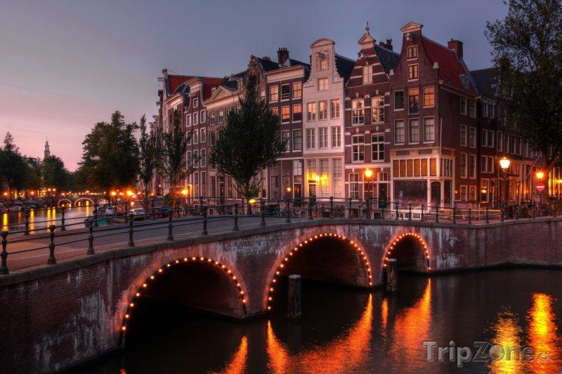 Fotka, Foto Amsterdam, soumrak nad kanálem Keizersgracht (Amsterdam, Nizozemsko)