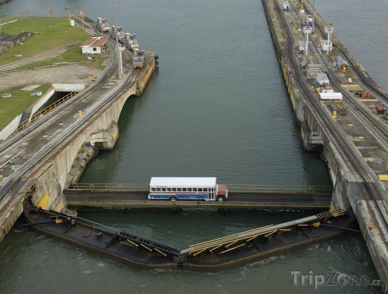 Fotka, Foto Autobus přejíždí Panamský průplav (Panama)