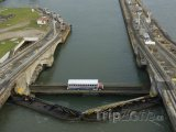 Autobus přejíždí Panamský průplav