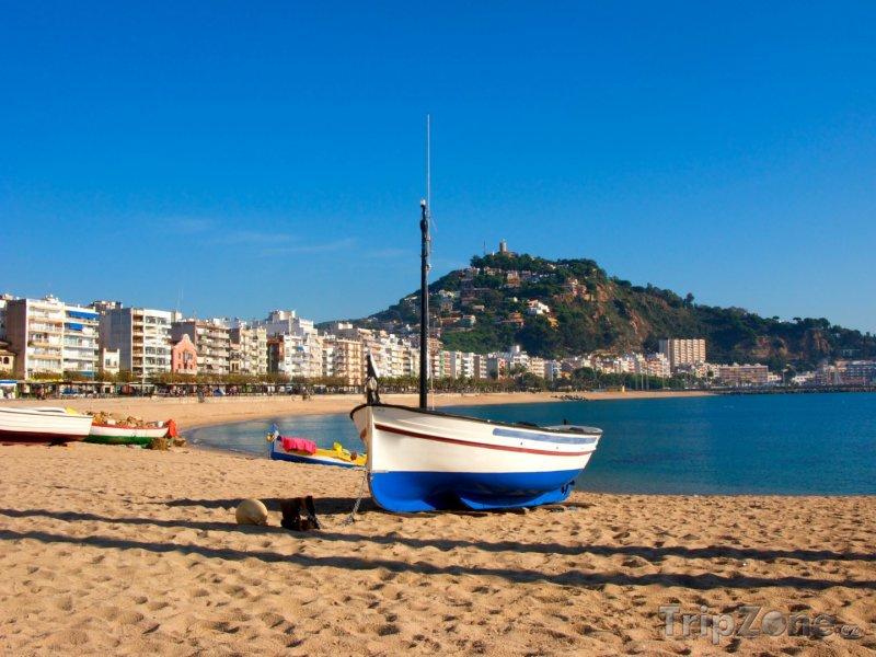 Fotka, Foto Costa del Maresme, loď na pláži ve městečku Blanes (Španělsko)