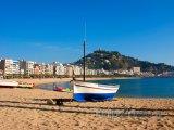 Costa del Maresme, loď na pláži ve městečku Blanes