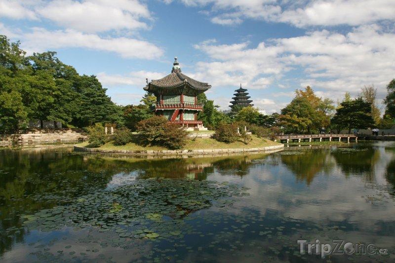 Fotka, Foto Hyangwonjeong na jezírku Hyangwonji (Soul, Jižní Korea)