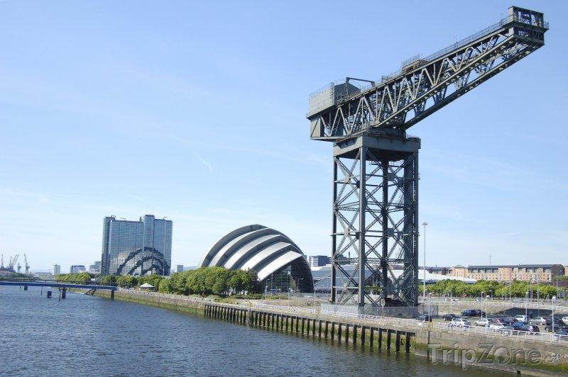 Fotka, Foto Jeřáb na břehu řeky Clyde (Glasgow, Velká Británie)