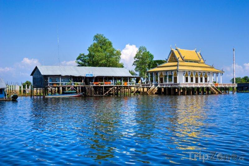 Fotka, Foto Malý chrám na jezeře Tonlesap (Kambodža)