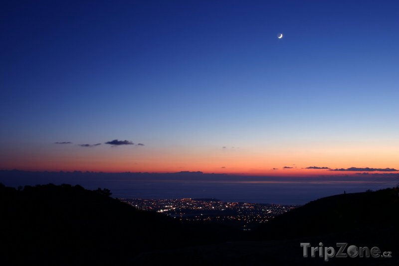 Fotka, Foto Měsíc nad městem (Pafos, Kypr)