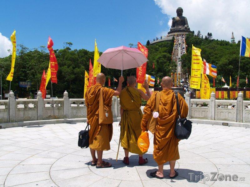 Fotka, Foto Mniši pod sochou Velkého Buddhy (Hongkong)