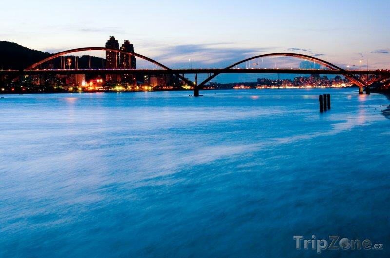 Fotka, Foto Most přes řeku Danshui ve městě Taipei (Tchaj-wan)