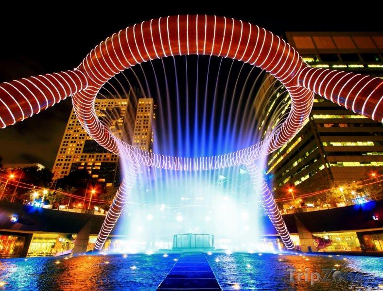 Fotka, Foto Osvětlená fontána (Singapur)