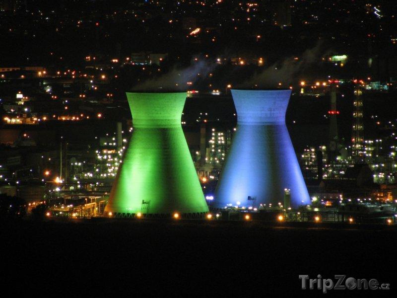 Fotka, Foto Osvětlené věže ropné rafinerie (Haifa, Izrael)