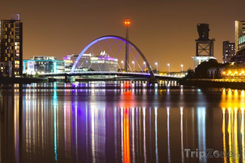 Fotka, Foto Osvětlený most Clyde Arc (Glasgow, Velká Británie)