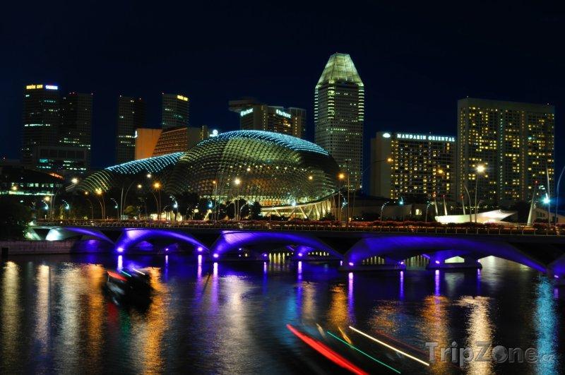 Fotka, Foto Osvětlený most přes řeku Singapur (Singapur)