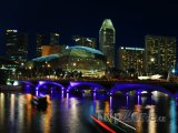 Osvětlený most přes řeku Singapur
