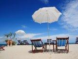 Pláž s lehátky na ostrově Ko Sak