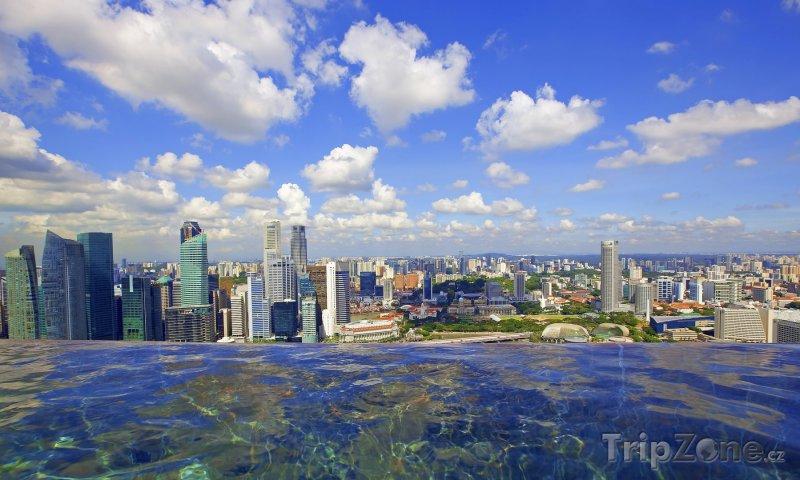 Fotka, Foto Pohled na město z bazénu (Singapur)