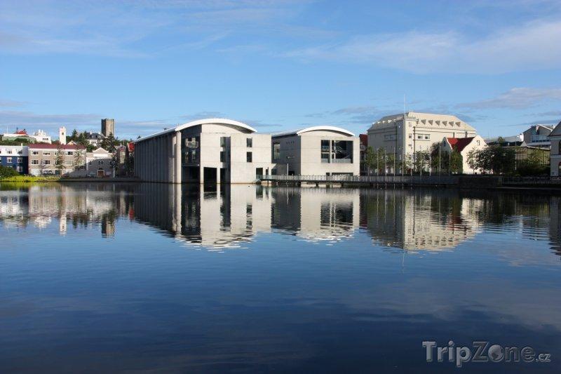 Fotka, Foto Radnice a univerita na břehu jezera Tjörnin (Reykjavík, Island)