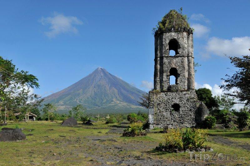 Fotka, Foto Ruiny kostela a sopka Mayon (Filipíny)