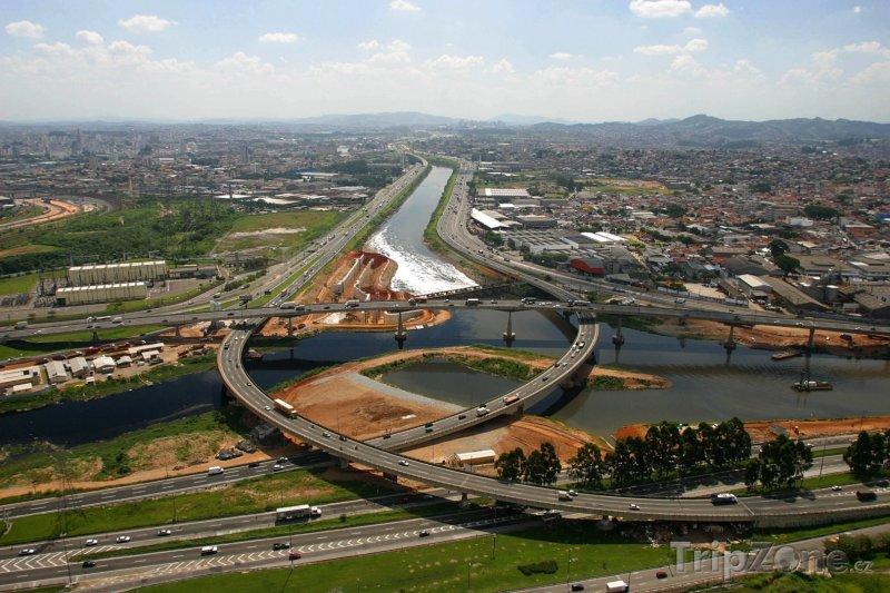 Fotka, Foto Silnice přes řeku Pinheiros (Sao Paulo, Brazílie)