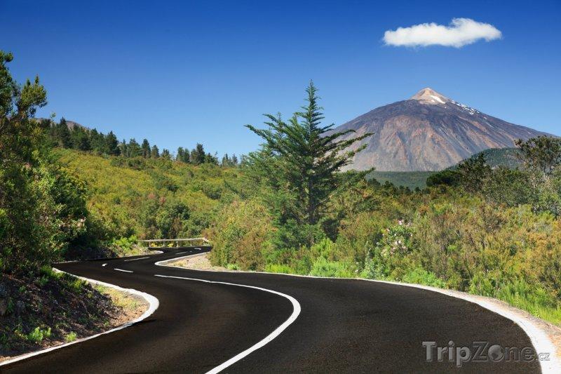 Fotka, Foto Silnice s vulkánem Tiede v pozadí (Tenerife, Španělsko)