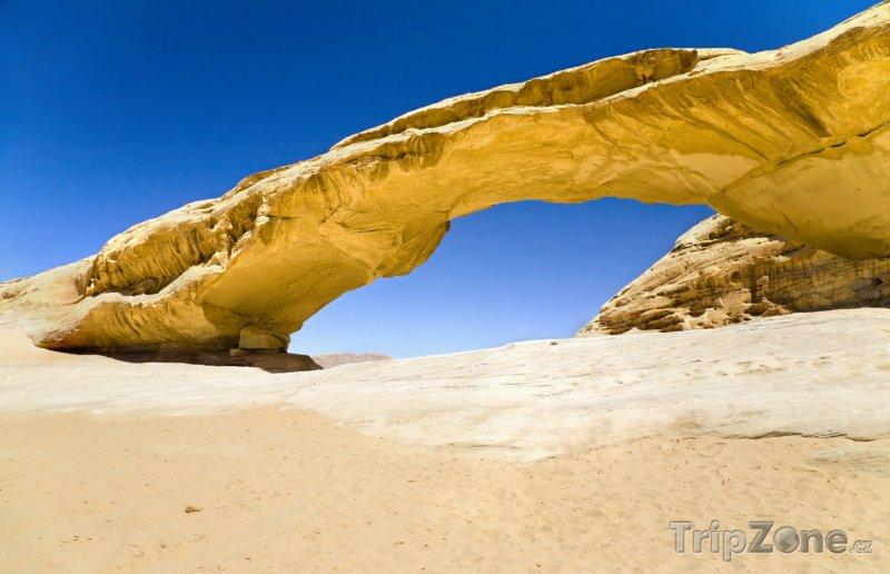 Fotka, Foto Skalní most v poušti Wadi Rum (Jordánsko)