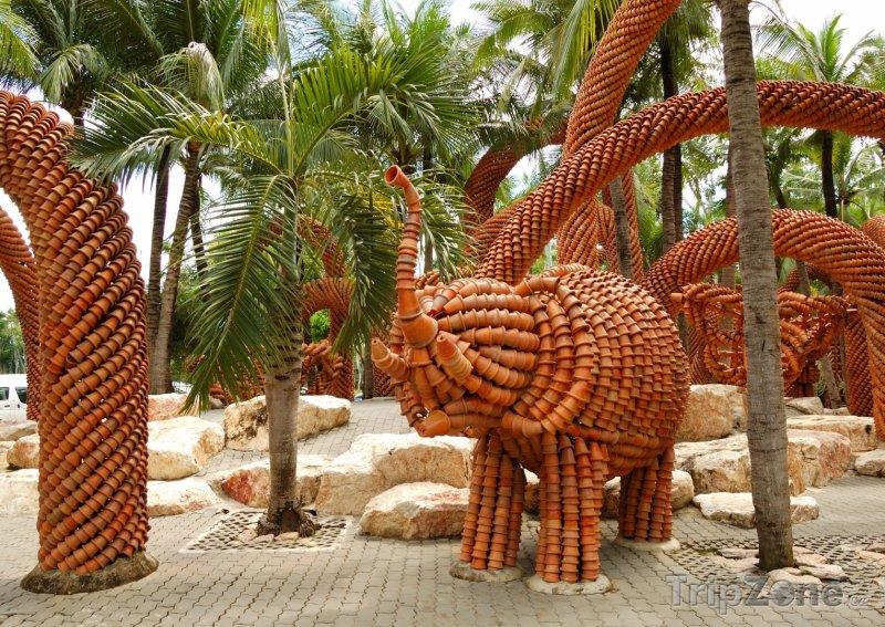 Fotka, Foto Slon postavený z květináčů (Pattaya, Thajsko)
