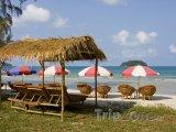 Slunečníky na pláži ve městě Sihanoukville