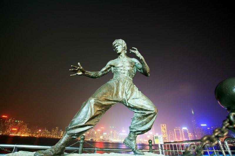 Fotka, Foto Socha Bruce Leeho ve Victoria Harbour (Hongkong)