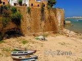 Staré loďky na břehu